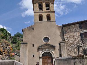 L'église dominée par le donjon.