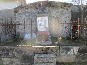 Nettoyage de la tombe d'Antonin ROQUES, poète Maursois