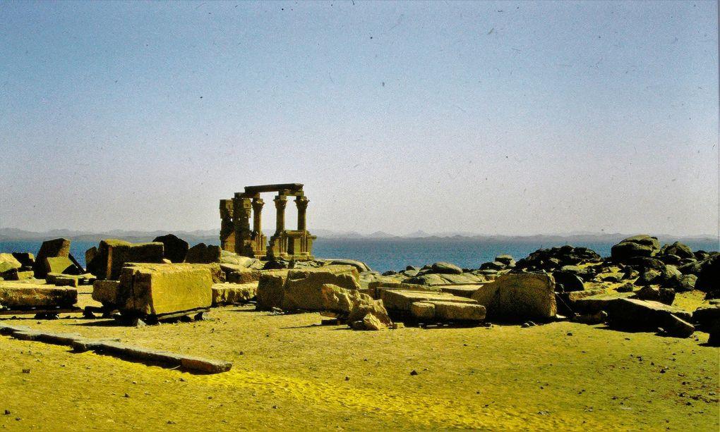 Egypte: LE choc. Sa lumière crue, le Nil coulant dru entre les rives de sable, une des plus vieilles et impressionnantes civilisations du monde. Vallée des Rois ou des Reines, on écarquille les yeux.