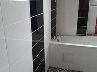 baignoire faite, peinture au plafond aussi, ainsi qu'un luminaire avec spot à led..