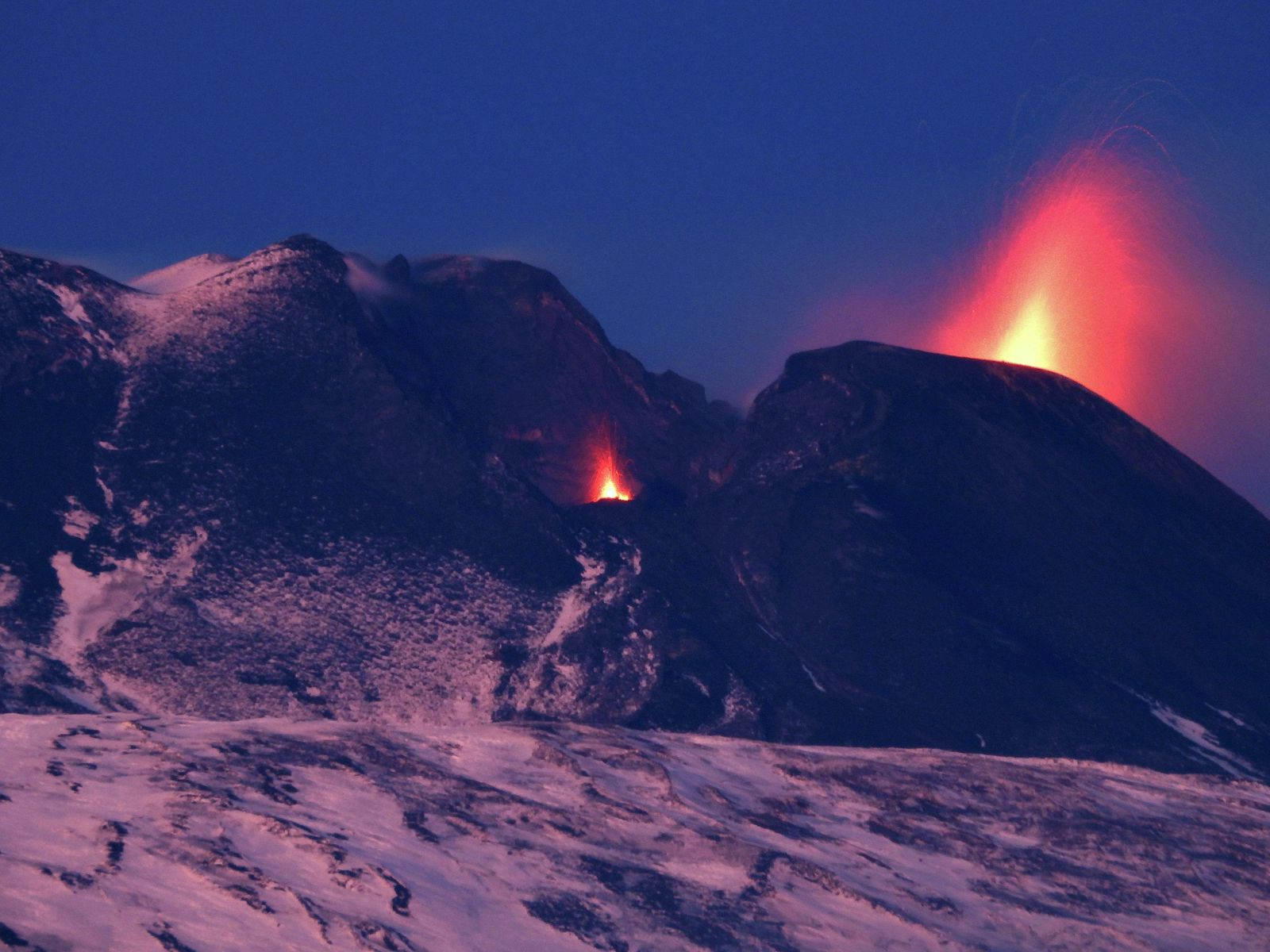 Etna SEC, seen from Biancavilla, on the southwest flank of the volcano - explosions at vents located in the scar this 02.12.2021 - photo Boris Behncke