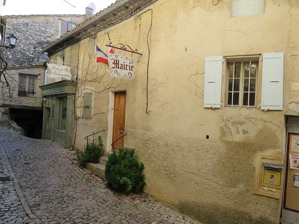 SEGURET Village pittoresque plein de charme, bâti au pied d'une colline