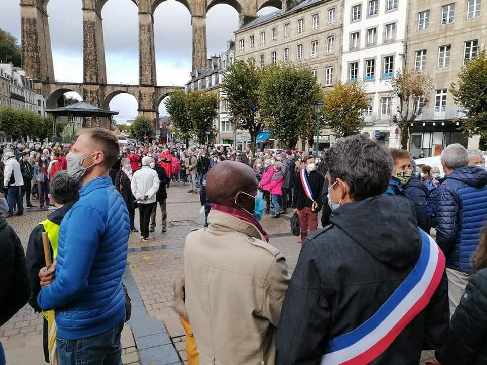 Hommage à Samuel Paty à Morlaix - Mercredi 21 octobre - Photo Cathérine Tréanton - 600 personnes rassemblées dans l'émotion pour saluer le professeur assassiné et réaffirmer nos valeurs républicaines