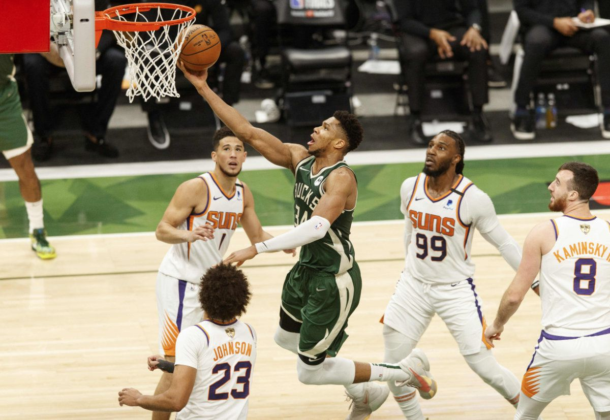 Un Giannis Antetokounmpo encore stratosphérique porte les Bucks face aux Suns (1-2)