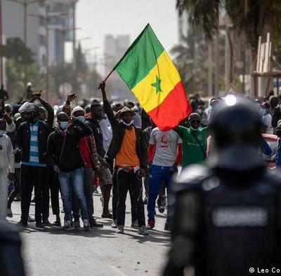 Senegalo : popolribeloj okazas en Dakaro por la liberigo de la opozicia ĉefo