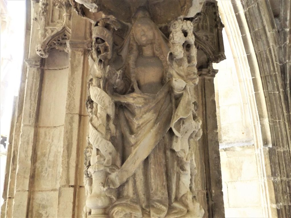 La statue de la Vierge dans le cloître de la cathédrale et les poutti qui l'entourent
