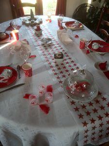 table de Noël en rouge et blanc