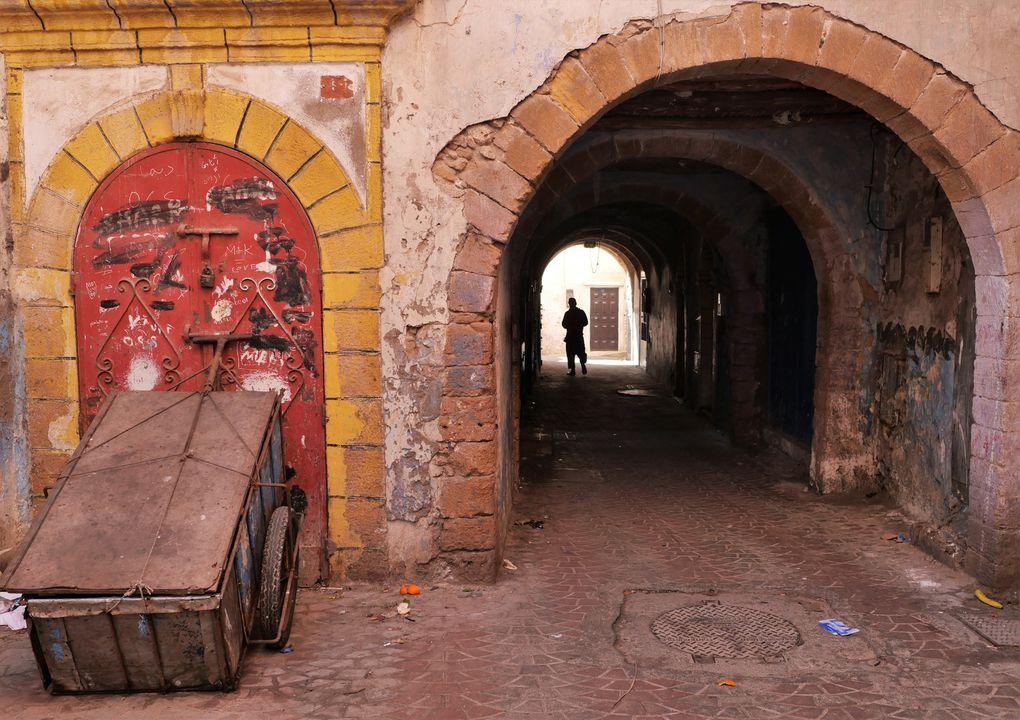 Encore une ville peu fréquentée par les touristes qui ne visitent que la colline des potiers, alors que la médina n'a pas été défigurée par la modernité. Chaque quartier vit à un rythme ancestral, avec ses étals, son boulanger; pas de voiture dans les ruelles. On dirait que le temps est passé à côté - plus loin, dans les barres d'immeubles au sud de la ville nouvelle. Ne pas manquer le petit restau d'Hasni, près de la porte d'entrée: le tajine de poisson aux épices y est inoubliable !