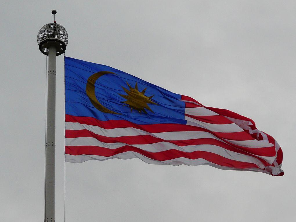 Voyage en deux temps, Malaisie continentale et Bornéo (voir Bornéo), flore et faune dominent, mais l'urbain est aussi un but de voyage.