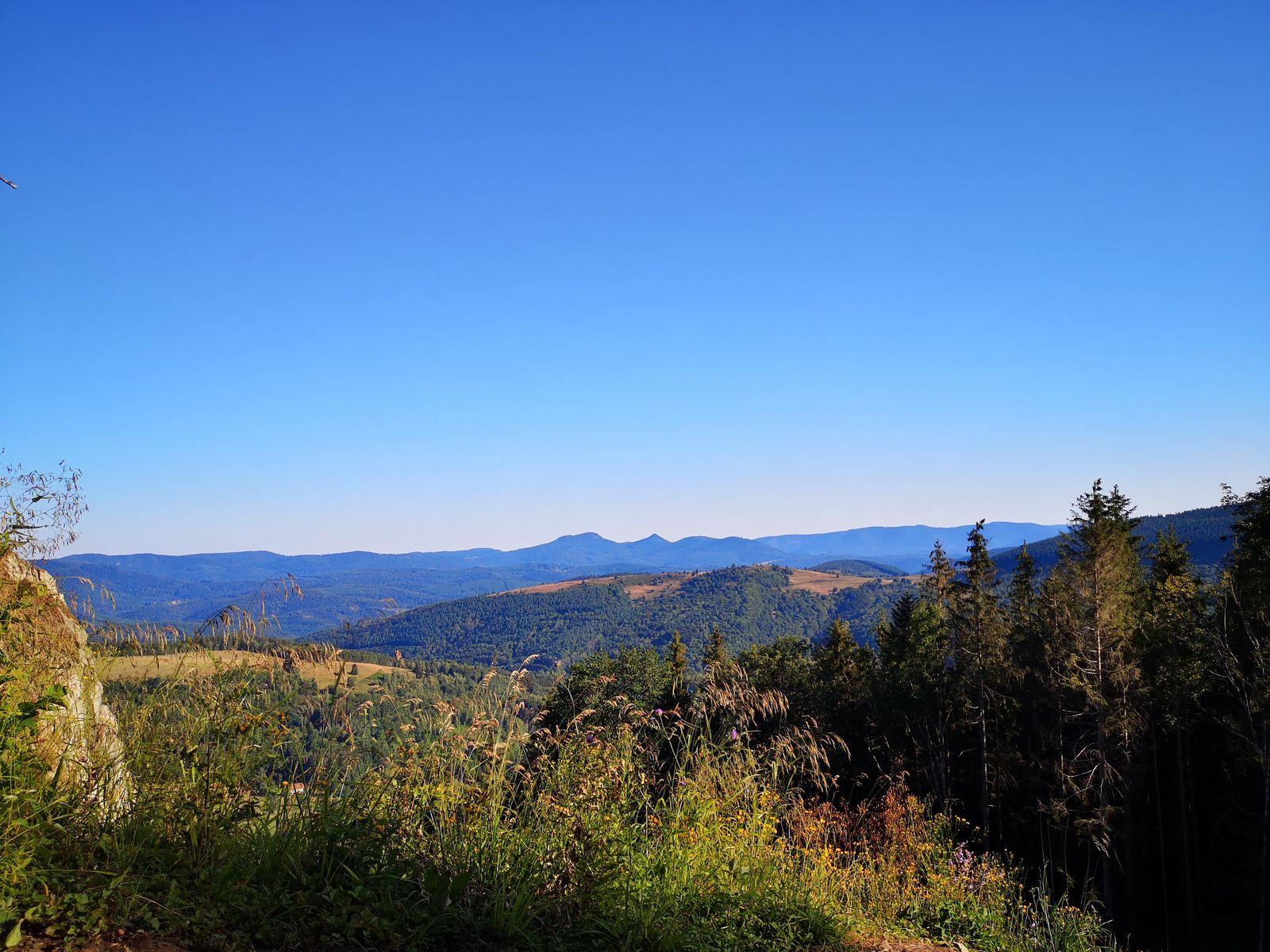 Du haut de l'éperon, le massif du Donon forme la Ligne bleue des Vosges