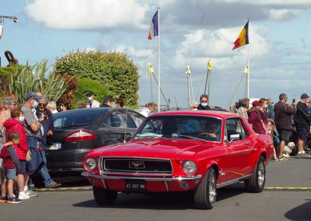 Quelques automobiles anciennes vues sur le port de Courseulles