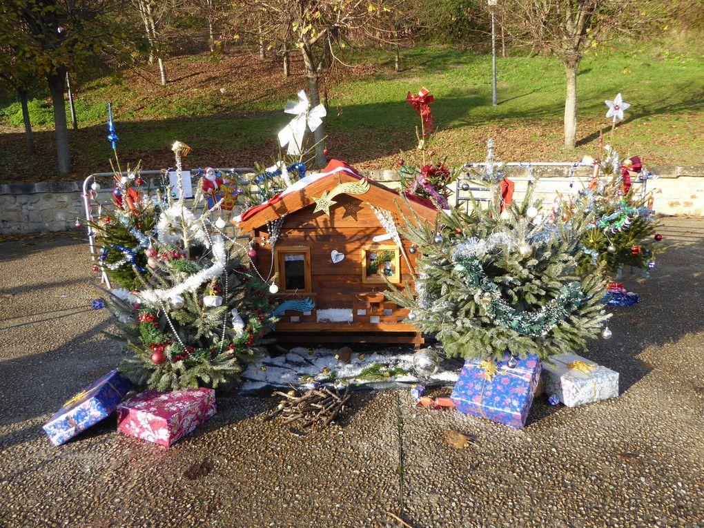 Près du lavoir de La Grande Paroisse une petite maison décorée d'un sapin et de cadeaux attendent Noël.