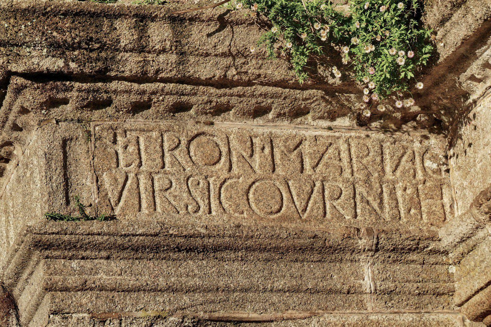 Inscription, (granite de Plounéour-Ménez, 1587), de la porte monumentale de Saint-Thégonnec. Photographie lavieb-aile.