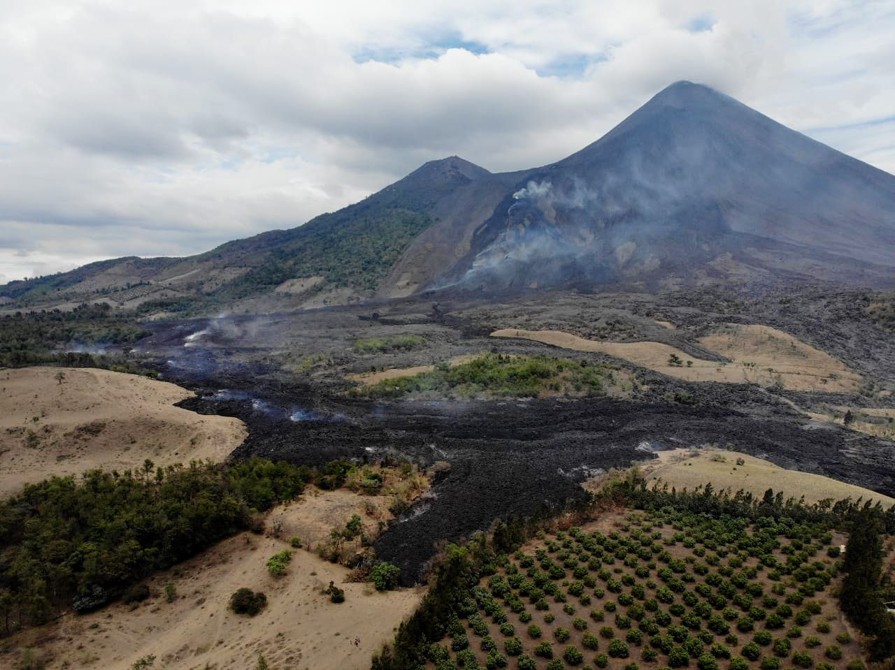 Pacaya - Monitoring of the advance of the lava flow, marked by a slight degassing - photo Conred 07.04.2021