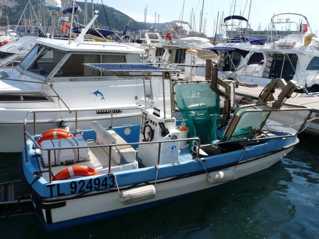 TOULON , navire récupérateur de déchets flottants dans le port de Toulon le 23 juillet 2013