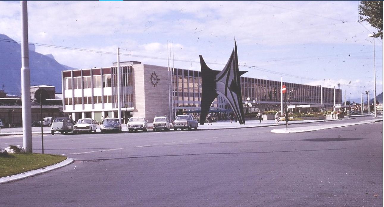 La nouvelle gare SNCF avec au 1er plan son stabile Calder à 3pics représentant les 3 massifs - Vercors, Belledonne et Chartreuse -