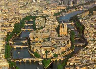 La Seine partage Paris en deux et forme au centre de la ville deux îles, l' Île de la Cité (avec Notre-Dame) et l'Île Saint-Louis. Ces deux îles créent une atmosphère unique et un paysage d'une beauté et d'une harmonie parfaite.