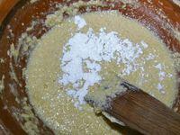 2 - Mettre le four à préchauffer th 6 (180°). Dans un récipient, écraser le beurre à la fourchette pour qu'il devienne mou, incorporer le sucre avec la poudre d'anis, puis les oeufs en mélangeant bien. Ajouter la farine, la maïzena et la levure chimique jusqu'à obtenir une préparation homogène. Ecraser bien à la fourchette le potimarron cuit et égoutté pour le réduire en purée et l'incorporer à la préparation. Concasser grossièrement les morceaux de chocolat et pralinoise et les ajouter dans la pâte à cake. Mélanger le tout et verser dans des petits moules à cake en carton (légèrement beurrés) ou en silicone. Mettre à cuire au four th 6 (180°) pour 15 à 20 mn environ. Vérifier la bonne cuisson en plantant la pointe d'un couteau dans les cakes, elle doit ressortir propre.