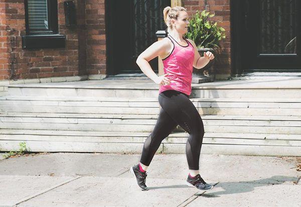 femme faisant un jogging sport poids bernieshoot