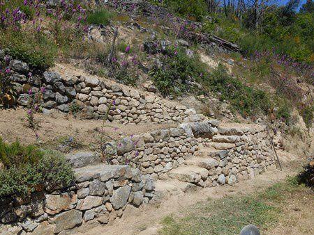 Restauration d'un chemin de service rural et aménagement d'un accès au coteau aux environs d'Aubenas (Ardèche)