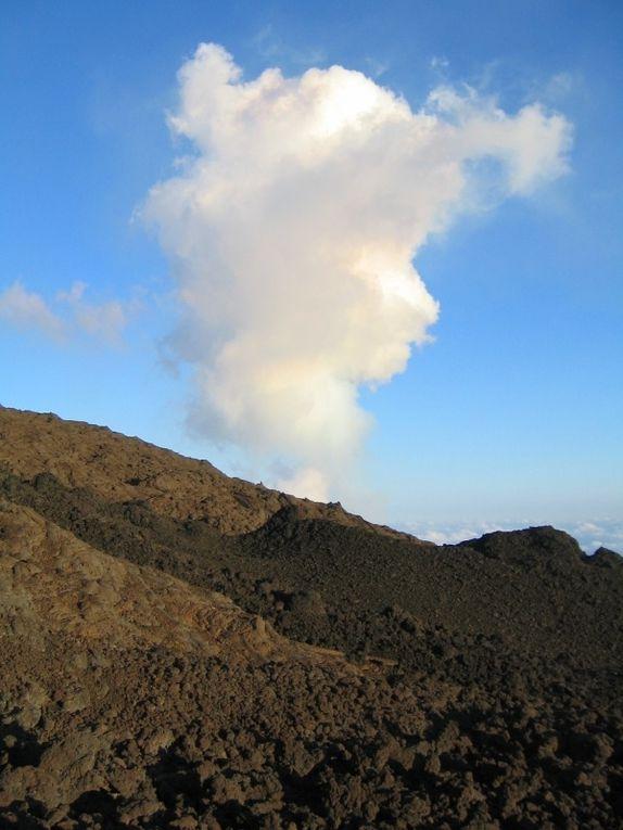 Eruption du piton de la fournaise au niveau du château fort - 22 octobre 2010 rando nouveau sentier pour observation du cratère à 200 mètres, au coucher de soleil et de nuit