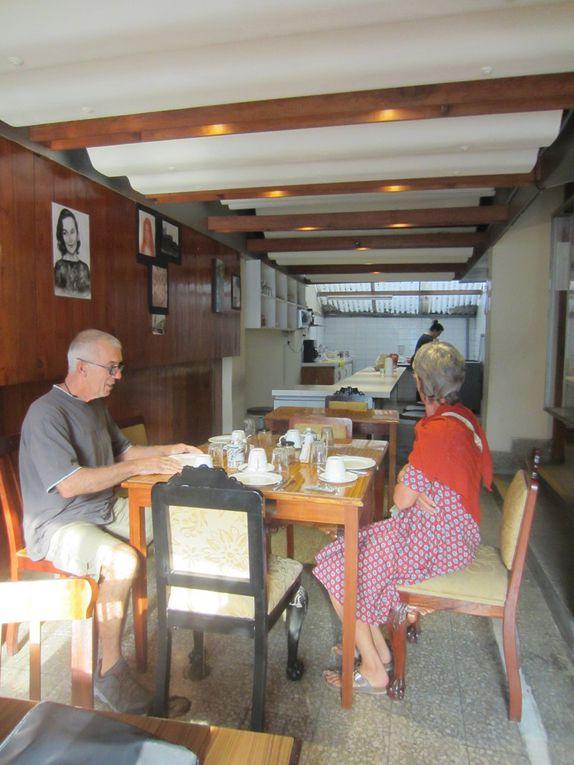 Lima les photos de Chantal, eglise de la Merced, la plaza mayor (vide a cause ou grâce d'une manif a venir).......le palais des congres et son chien, repas  au marché central 8 soles (2.3 euros) par personnes