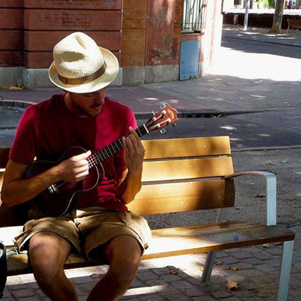 chapeau-paille-musicien-toulouse-banc