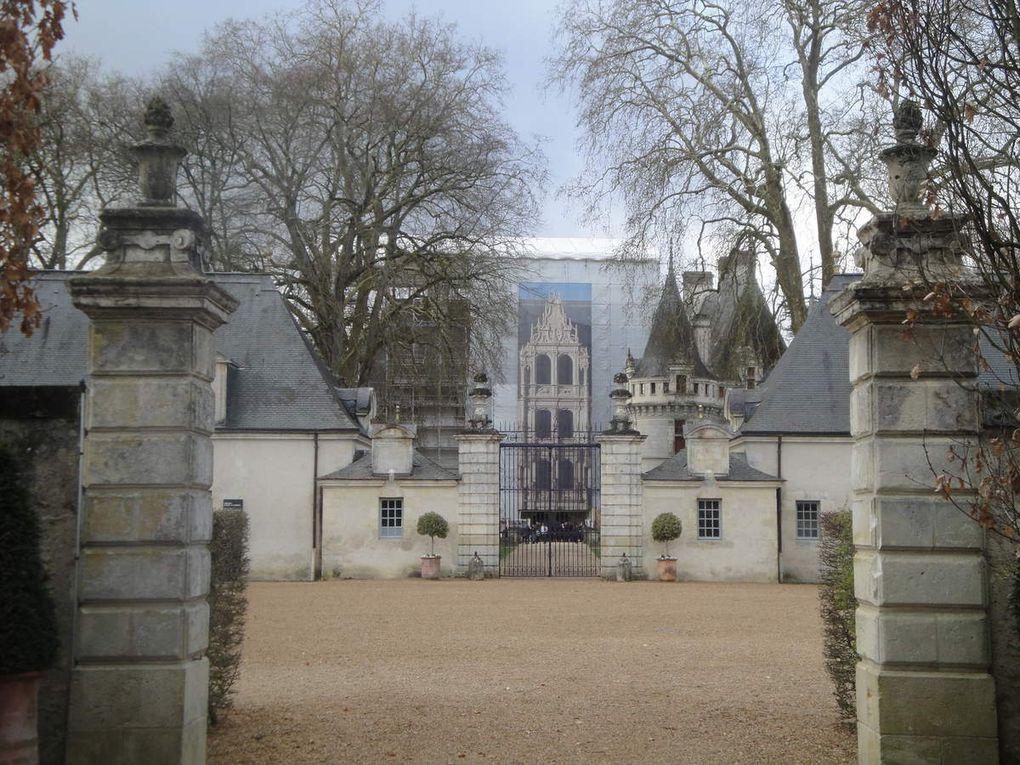 Allée majestueuse et façade en trompe l'oeil, une toiture déjà rénovée, les échafaudages, la chapelle, le château les pieds dans l'eau, la vue la plus classique d'Azay-le-Rideau, le parc et ses arbres gigantesques