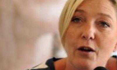 """Caricatures Mahomet dans Charlie Hebdo: Marine Le Pen dénonce des """"reculades"""" des politiques"""