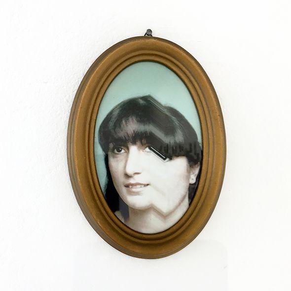 Dorian Teti, Rose, 2017-2020, Portrait de ma mère - Tirage numérique sur papier mat Hahnemühle, 15*10 cm, Objets en verre, fleur en cire