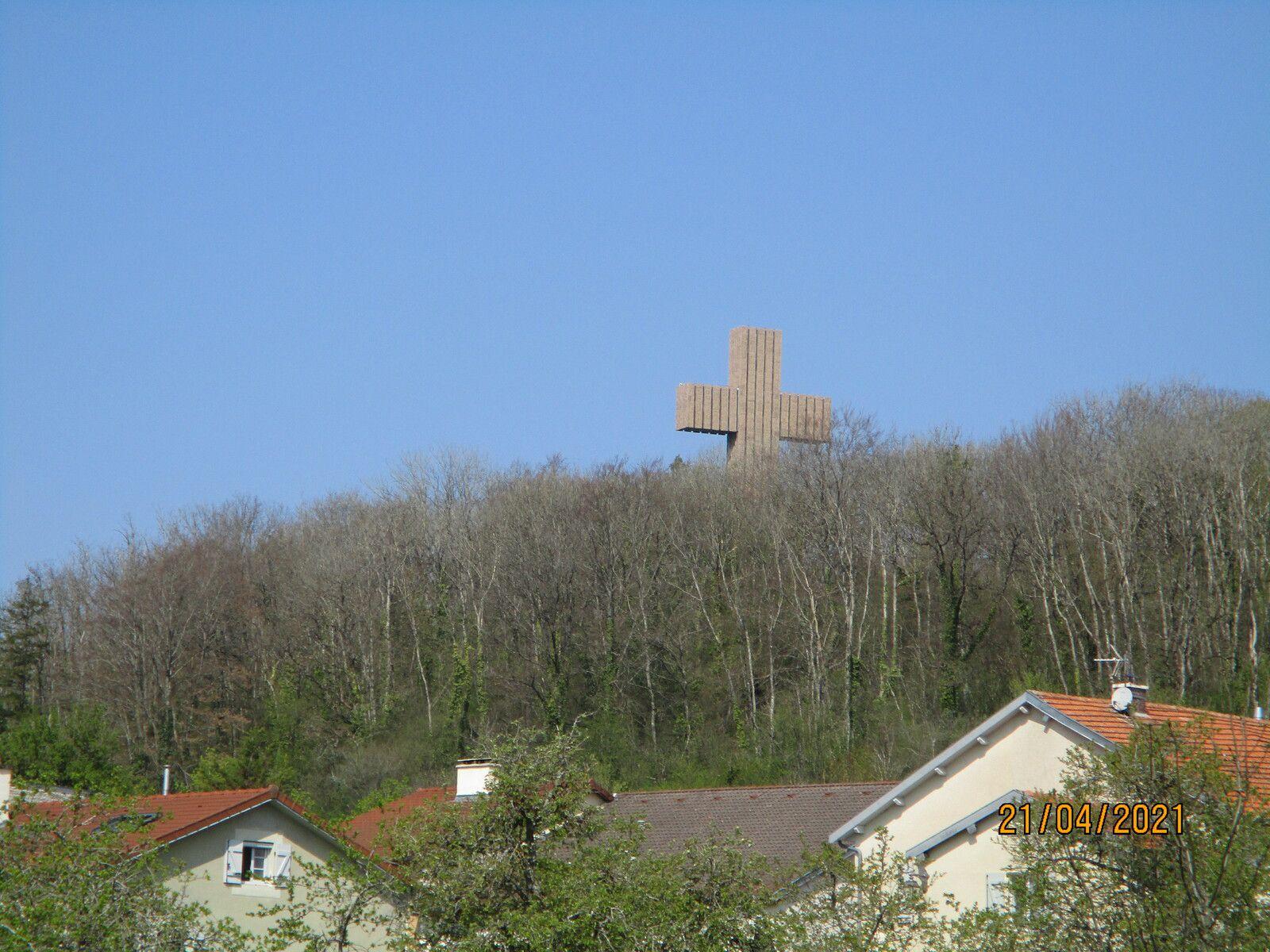 Je ne sais pas encore que cette croix si imposante fait partie de la visite du mémorial, toute la forêt est cloturée, nous ne verrons pas la croix, maudit virus!