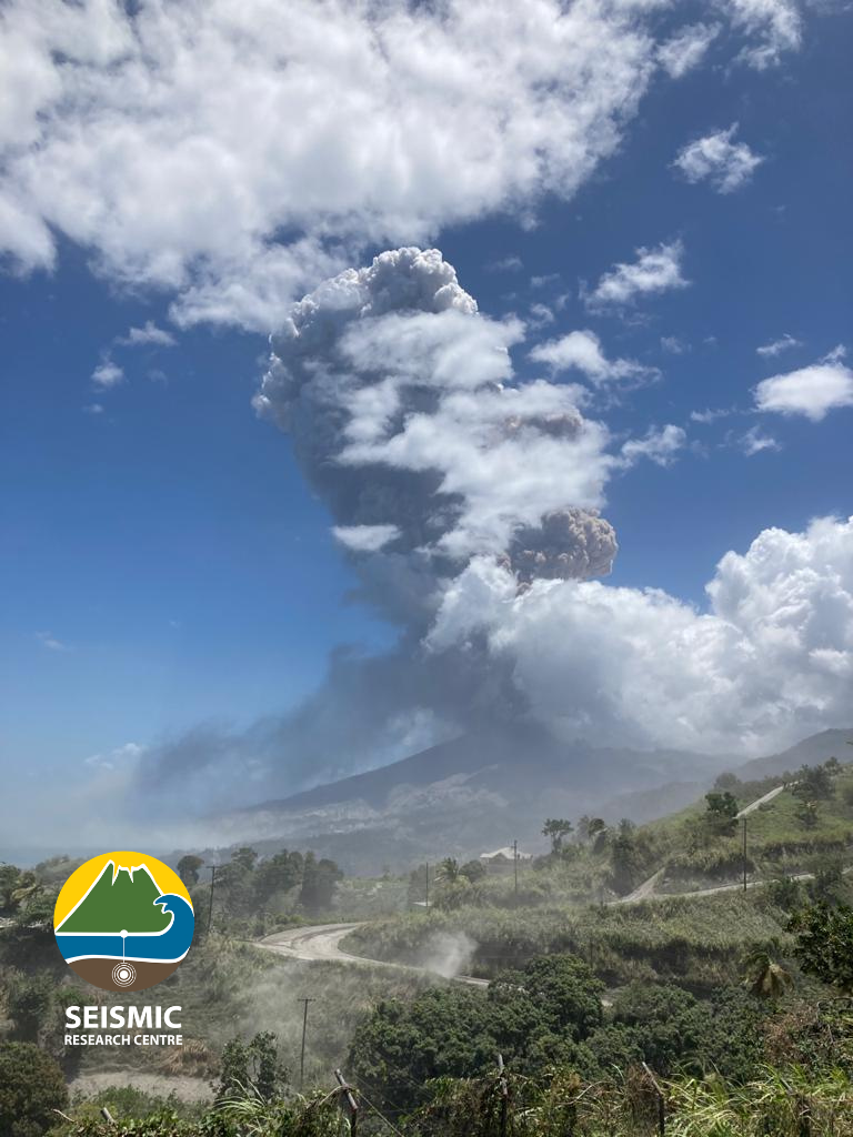 Soufrière de St. Vincent - the plume of the explosive eruption of 22.04.2021 / 11:08, at the start of its development, seen from Belmont. - Doc. UWI-SRC