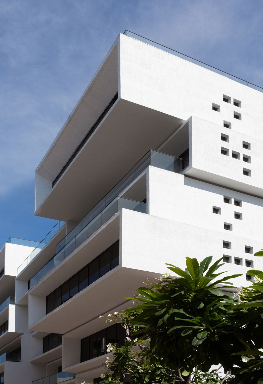 DISCOVER A SCULPTURAL OFFICE BUILDING 'AKSHAYA 27' IN CHENNAI, INDIA BY SANJAY PURI ARCHITECTS