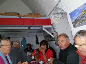 vu la météo, il est préférable de manger à l'intérieur, 28 personnes dans ce petit espace relève du défi, mais les lunettes de Jean Jacques disparues le temps du repas ont su éviter les 56 pieds qui déambulés dans cet espace à son grand soulagement,