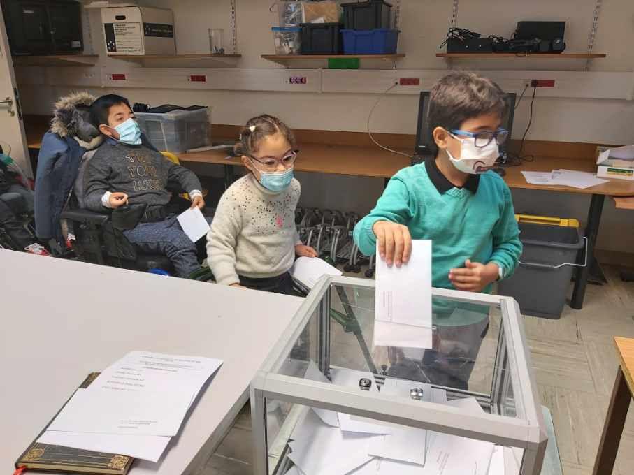 Les enfants de l'école primaire ont voté.