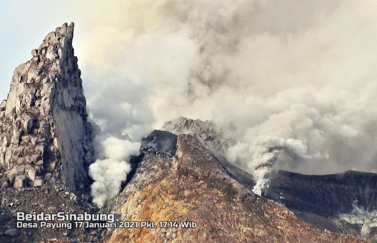 Le Sinabung depuis Payung et le dôme sommital - 17.01.2021 / 17h14 WIB - photos Firdaus Surbakti via Beidar Sinabung