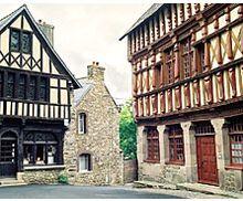Bretagne : la ville de Tréguier pays de SAINT YVES patron des avocats