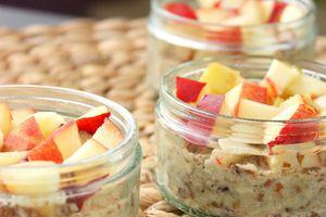 Dessert cru et sain aux nectarines blanches sur base de crème croquante amandes et dattes