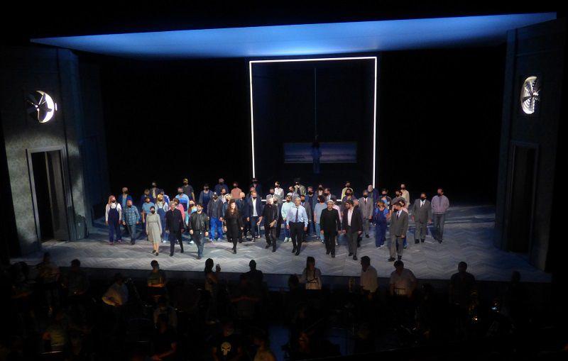 Choeur et solistes de Simon Boccanegra salués par l'orchestre installé au parterre.