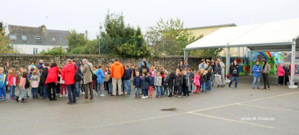 Collecte des dessins et objets qui seront intégrés aux murs de l'école.