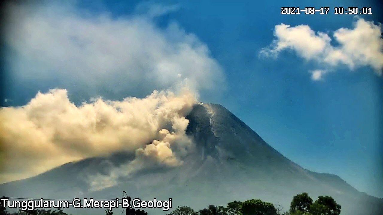 Merapi - Pyroclastic flows of 08/17/2021 / 10:50 a.m. - Tunggularum webcam