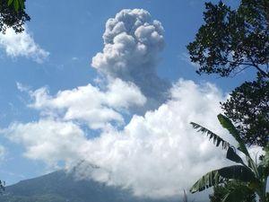 Merapi - panache éruptif du 10.04.2020 - photos AlfanL / Twitter et Meccom.id / Twitter - un clic pour agrandir.