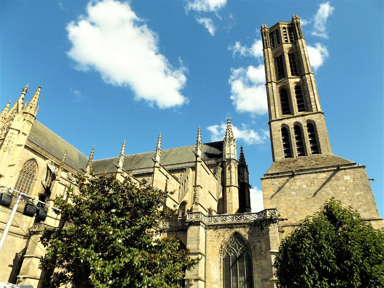 La cathédrale Saint Etienne de Limoges avec son narthex qui relie la nef au clocher