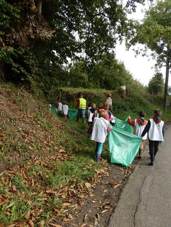 <Le bus a déposé les élèves qui longent le Bois de Boucéel.