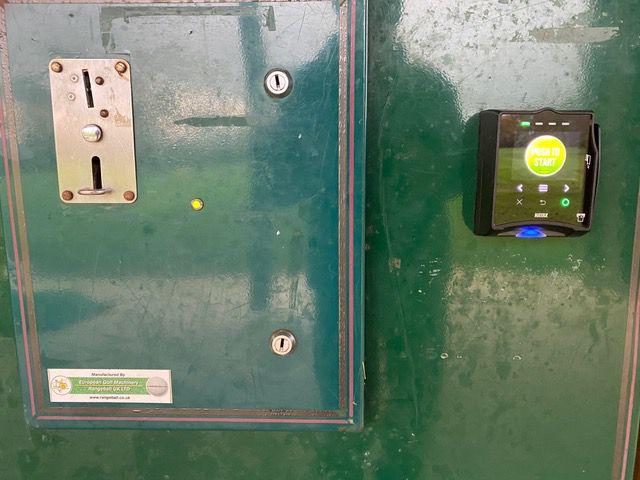 Terminal de paiement par carte bancaire ajouté au distributeur de seaux de balles