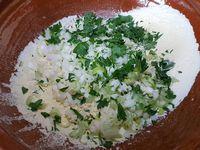 1 - Retirer la tête et la queue des crevettes grises. Préparer les 2 farines. Ciseler le persil plat frais. Oter les tiges des oignons nouveaux et les émincer. Tamiser les farines dans une jatte. Rajouter le persil et l'oignon.