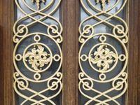 La grille de la porte d'entrée de la maison, face à la place, département de l'Eure, Cl. Elisabeth Poulain