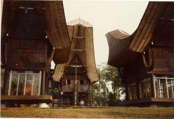 Danses traditionnelles et maisons traditionnelles d' autrefois