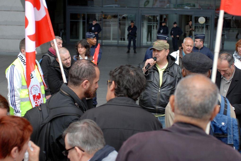Rassemblement des Sanofi le 17 5 2010 à Paris devant le palais de congrès Porte maillot, lors le l'assemblée des actionnaires.
