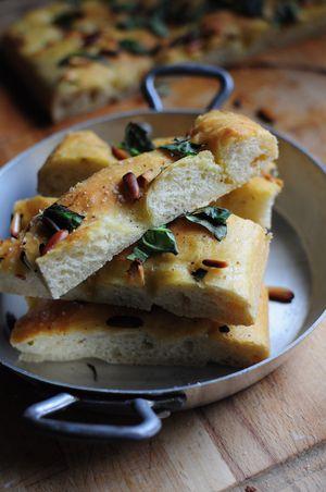 Focaccia ail, basilic et pignons de pin